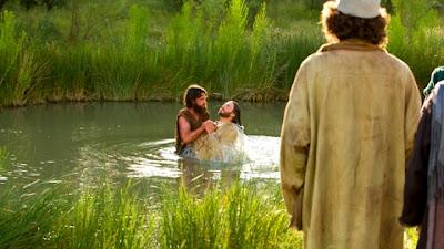 Jesus é batizado por João Batista