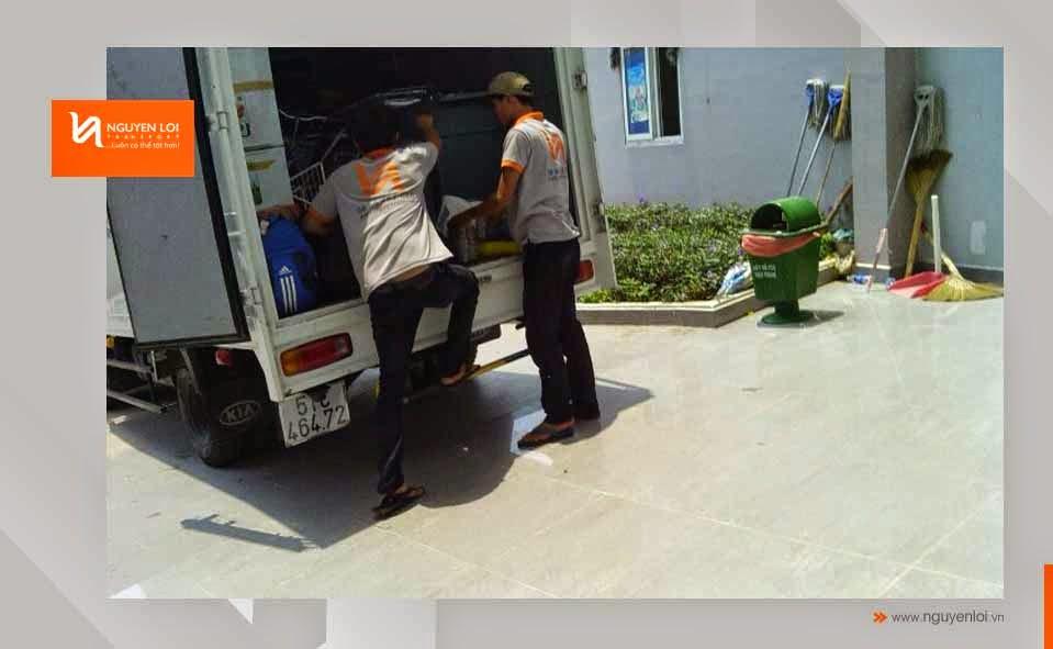 Nhân viên bốc xếp lên xe tải