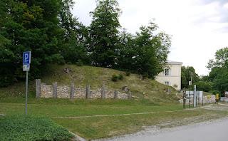 Frühkeltische Pfostenschlitzmauer-Rekonstruktion auf dem Michelsberg bei Kelheim