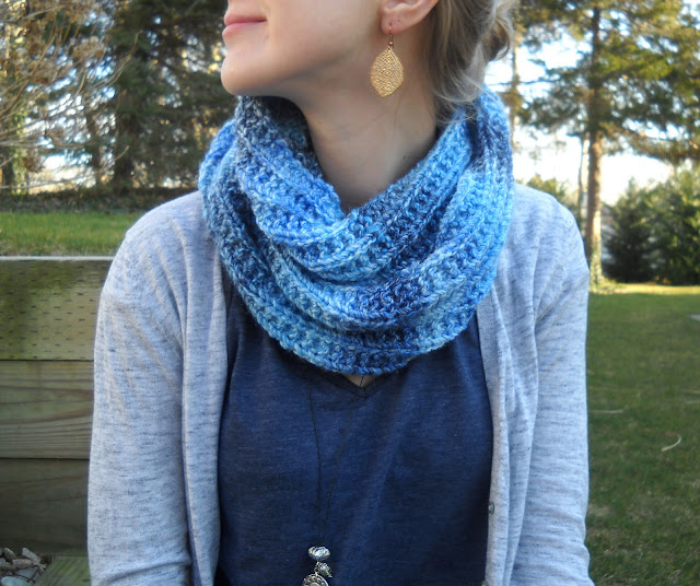 Simple Knitting Pattern For Infinity Scarf : wiseknits: Blues Infinity Scarf - Free Pattern!