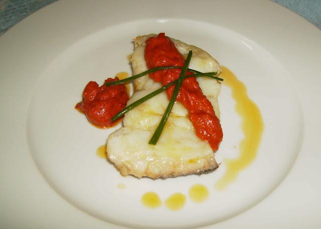 bacalao con salsa de tomates y pimientos secos