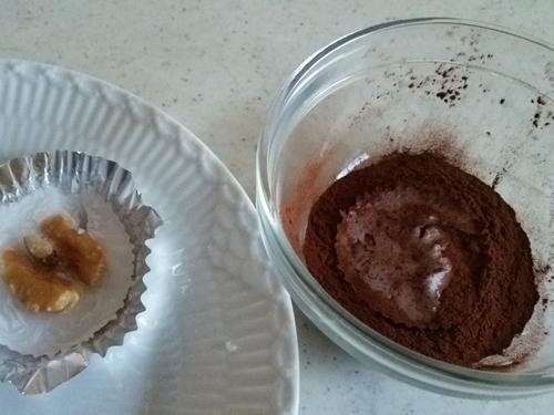 15分で作れる美味しい☆ココナッツオイルの生チョコ ココアをまぶす