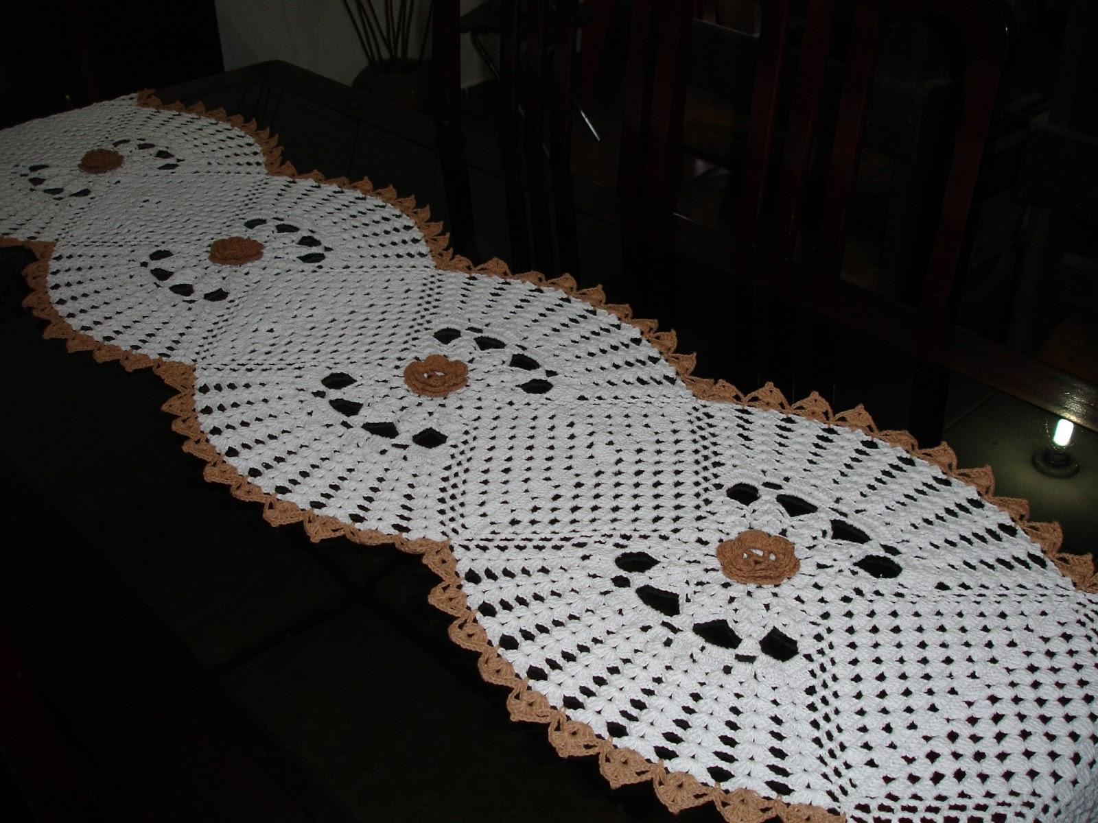 Kelly Cristina Pontes: Caminho de mesa de barbante branco e marrom.