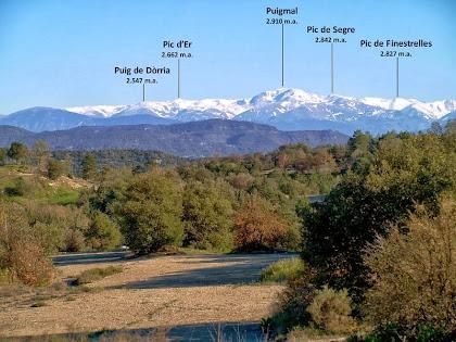El pre-pirineu nevat amb el Puigmal en primer terme, des de la carretera de Sant Genís d'Orís