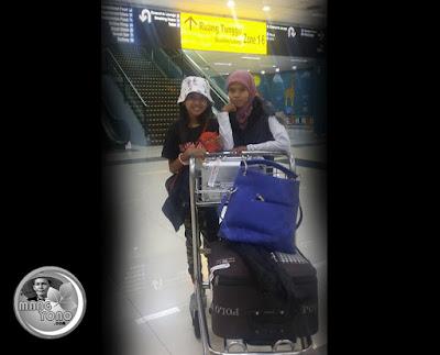 Puri Emily dan ibunda di bandara Soekarno Hatta