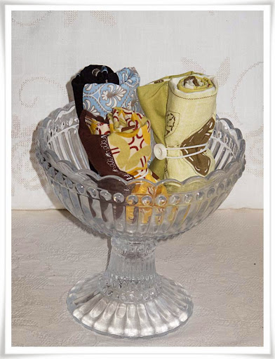 En samling tygkassar i glasskål