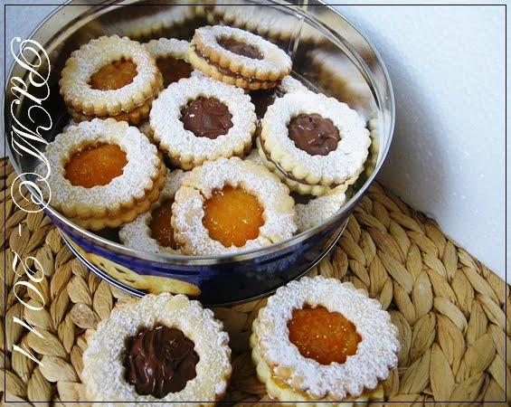 http://www.pecorelladimarzapane.com/2011/09/occhi-di-bue-biscotti-in-bicromia-di.html
