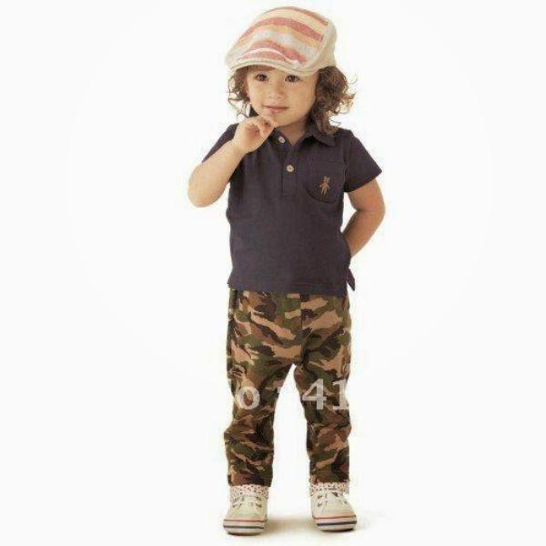 Foto bayi lucu perempuan memakai celana tentara
