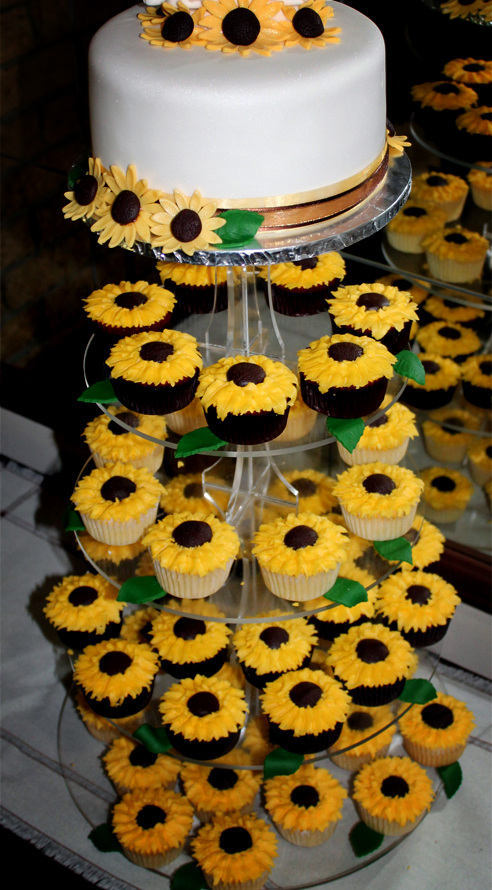 Delana\'s Cakes: Sunflower Cake and Cupcakes
