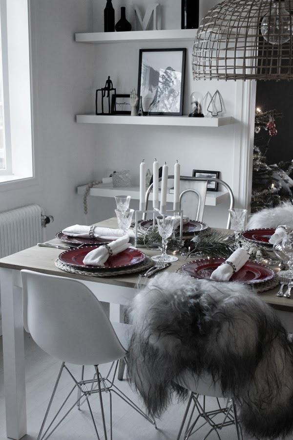 juldukning 2013, inspiration dukning, julen 2013, dukning i rött och vitt, matsalen, julafton, röda undertallrikar,