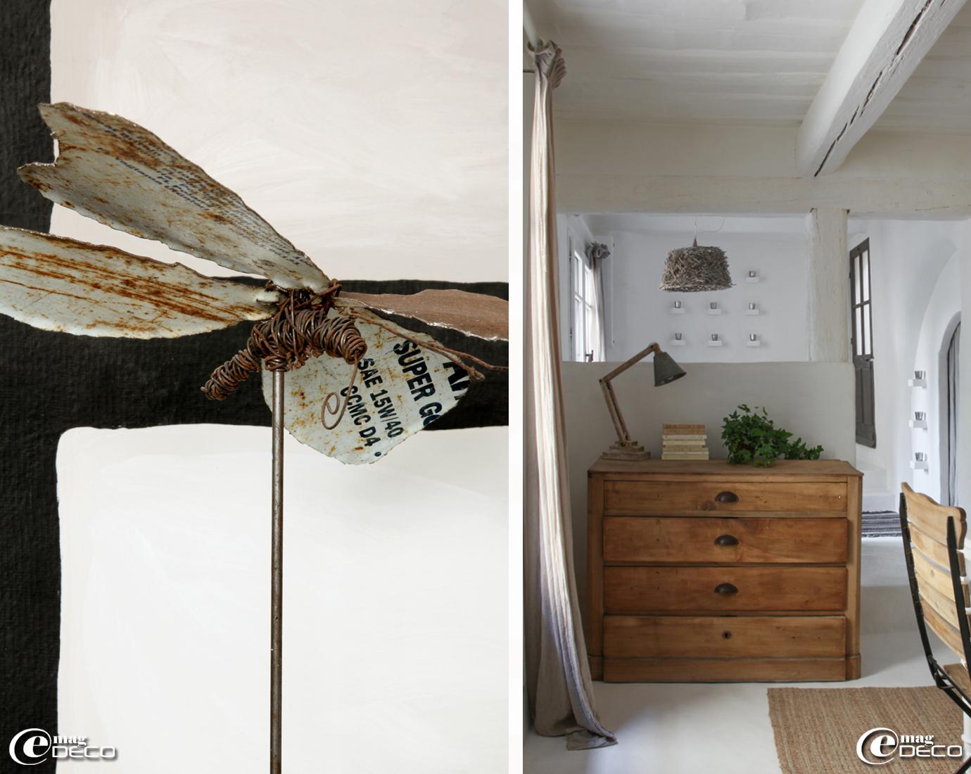 Papillon créé par Yoann Belland à partir de fil de fer et de tôle d'acier provenant d'un vieux bidon, vieille commode en noyer décapée et éclaircie, lampe articulée 'Jardin d'Ulysse'
