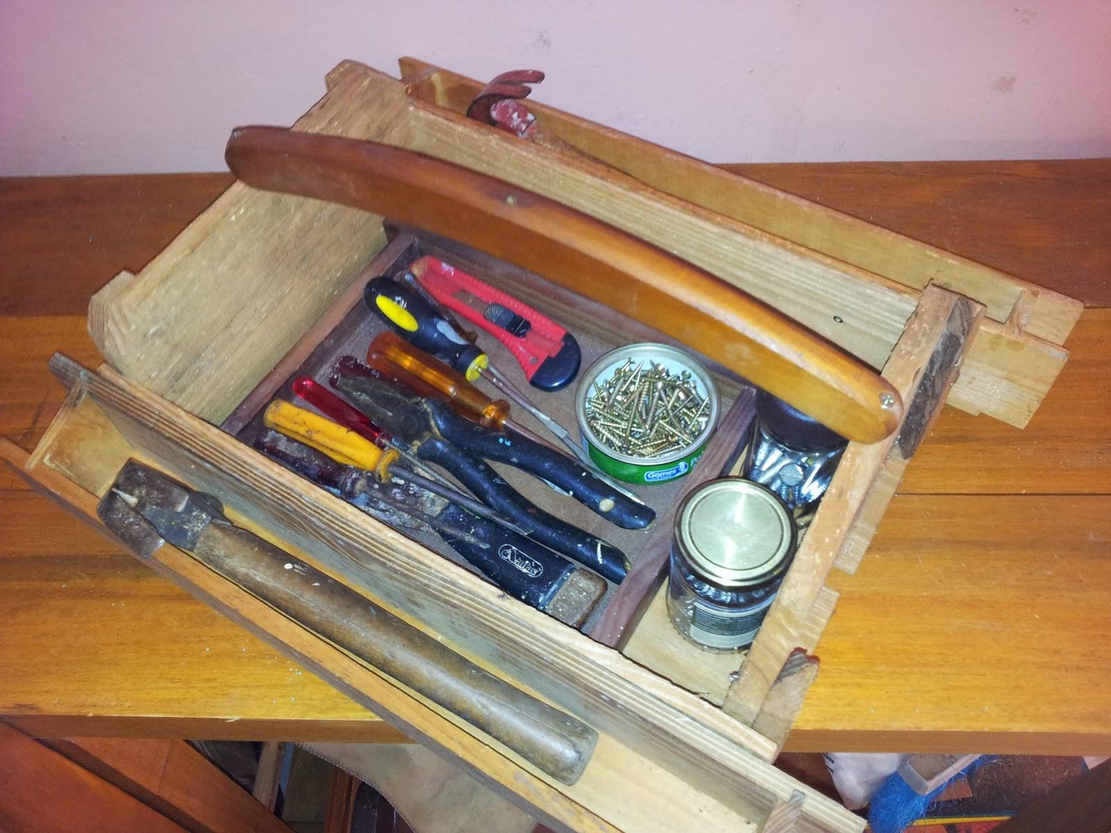 Como materiais usei uma caixa de frutas dois porta bisnagas e  #9D6F2E 1600x1200