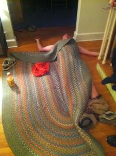 grappig plaatje: dronken persoon onder het tapijt