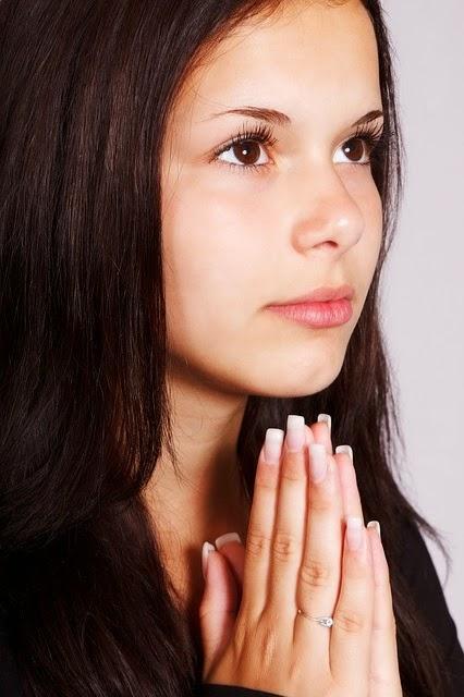 Niña orando a Dios