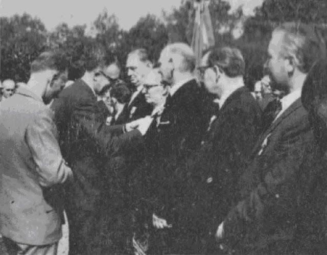 DESTRUYS, Secrétaire Général, procéda à son tour à la remise de la Médaille du Mérite Fédéral. On le voit, ci-dessus, décorant M. L. DESCARPENTRIES.