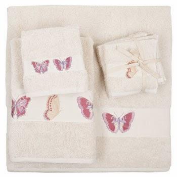 toalla beige con mariposas bordadas