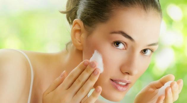 Máscara rejuvenescedora caseira de batata para tratar pele desidratada e linhas de expressão