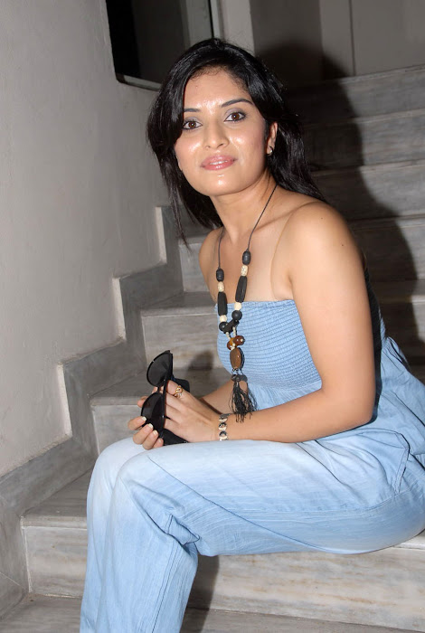 nikitha shetty at facebook movie logo launch, nikitha shetty photo gallery