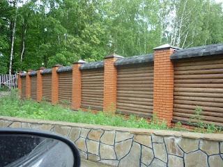 Деревянный забор с кирпичными столбами. Фото 21