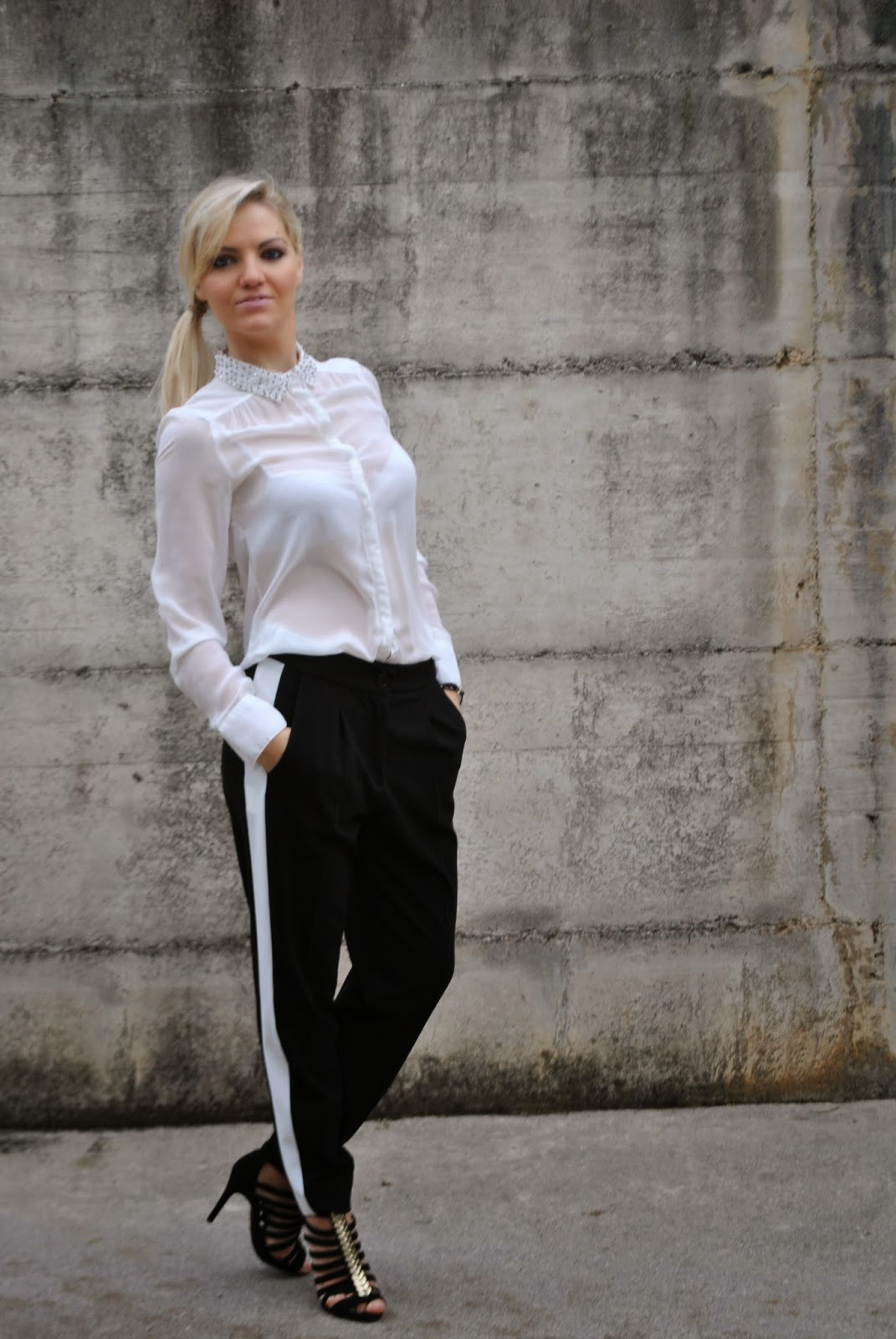 outfit camicia bianca pantaloni neri con riga bianca laterale sandali schutz bracciali mille lire abbinamento camicia bianca outfit ispirato a blake lively black trousers white shirt how to wear white shirt abbinamento camicia bianca come abbinare la camicia bianca how to wear black trousers abbinamento pantaloni neri come abbinare i pantaloni neri schutz sandals outfit invernali eleganti outfit per le feste di natale outfit di natale outfit novembre 2014 outfit eleganti natale november outfits outfit for christmas elegant winter outfits mille lire bracelets bracciali mille lire  autumnal outfits  outfit autunnali outfit mariafelicia magno mariafelicia magno fashion blogger italian girls ragazze italiane fahsion blogger bionde ragazze bionde blonde girls fashion bloggers italy