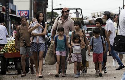Imagen de la película Operación E. Crisanto (Luis Tosar) con Liliana (Martina García) y su familia. LA TAQUILLA. Making Of