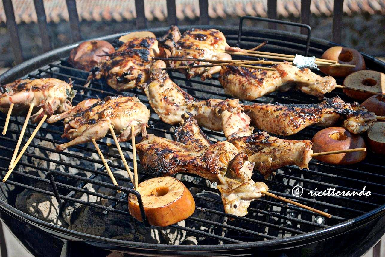 Quaglie grigliate su barbecue