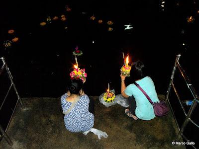 LOY KRATHONG. FLORES EN EL AGUA, BANGKOK. TAILANDIA