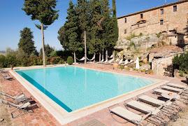 Piscina panoramica con idromassaggio dell agriturismo Aia vecchia di Montalceto