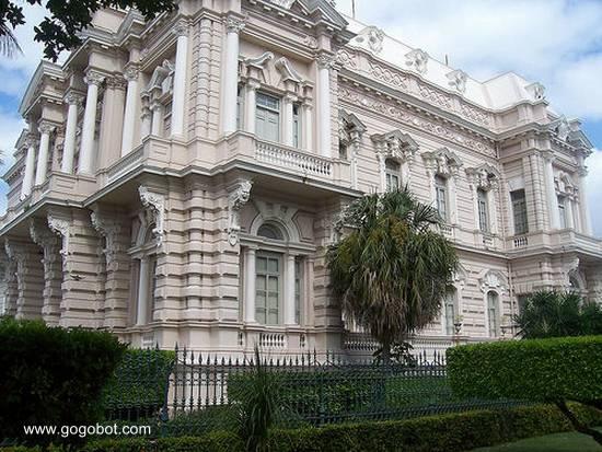 Perspectiva del Palacio Cantón en Mérida mostrando una fachada de lado