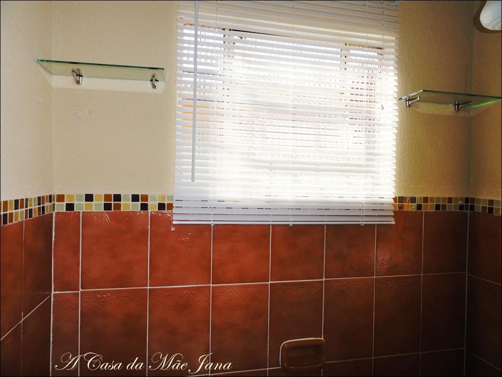#75341C Prateleiras de vidro para colocar shampoo e afins. Persiana para dar  218 Janelas De Vidro Para Banheiro