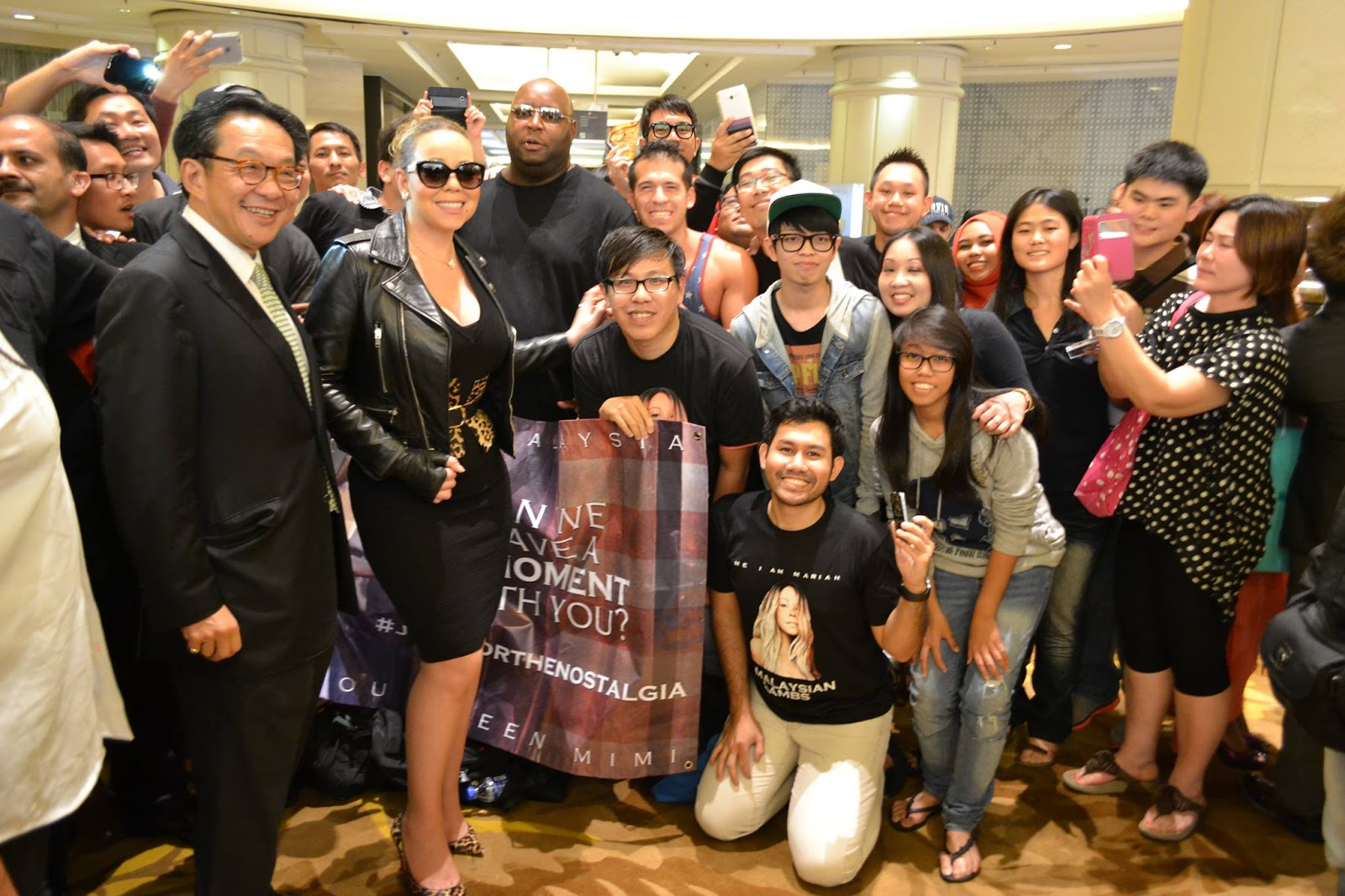 Mariah Carey together with fans while Shopping in Starhill Kuala Lumpur