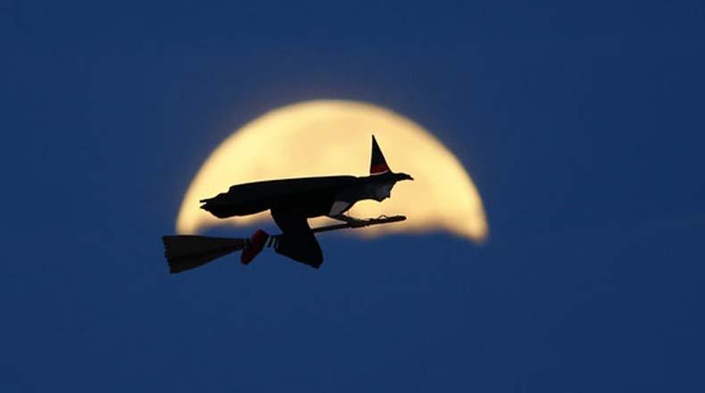 Esta bruja volando en su escoba es de hecho un solapado avión a control remoto