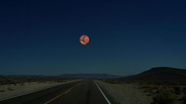 Marte si estuviera a la misma distancia de la Tierra que la Luna