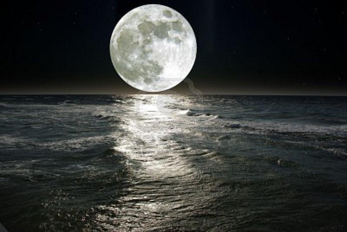Un mot pour définir une image 5100026-luna-y-su-reflejo-en-el-agua
