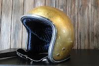 capacete com folha de ouro
