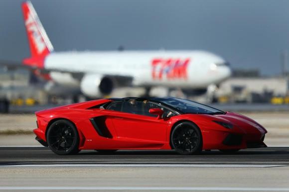 SEBUAH kereta Lamborghini Aventador dipandu di sebuah landasan Lapangan Terbang Antarabangsa Miami di Florida kelmarin.