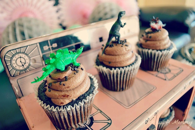 RAWR Means XOXO In Dinosaur Valentine's Day Party cupcakes