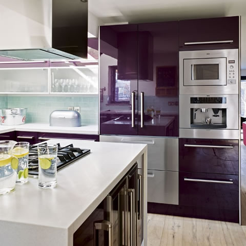 Una cocina en turquesa y berenjena