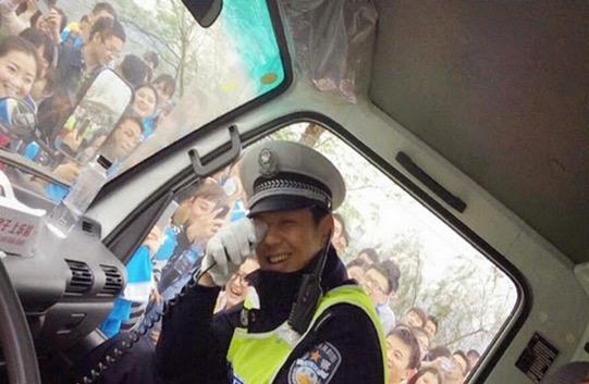 Gadis Cantik Sering 'Menyerbu' Polis Ini