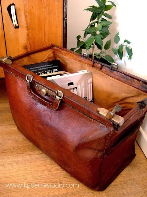 Maletín de doctor antiguo. Revistero vintage antiguo de piel y cuero