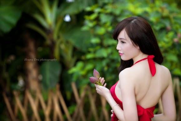 Girl xinh với áo yếm xưa bên hồ sen Phấn 1 14
