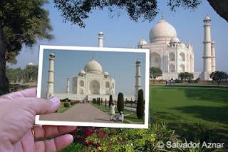 Mano con foto y vista del Taj-Mahal en Agra, India
