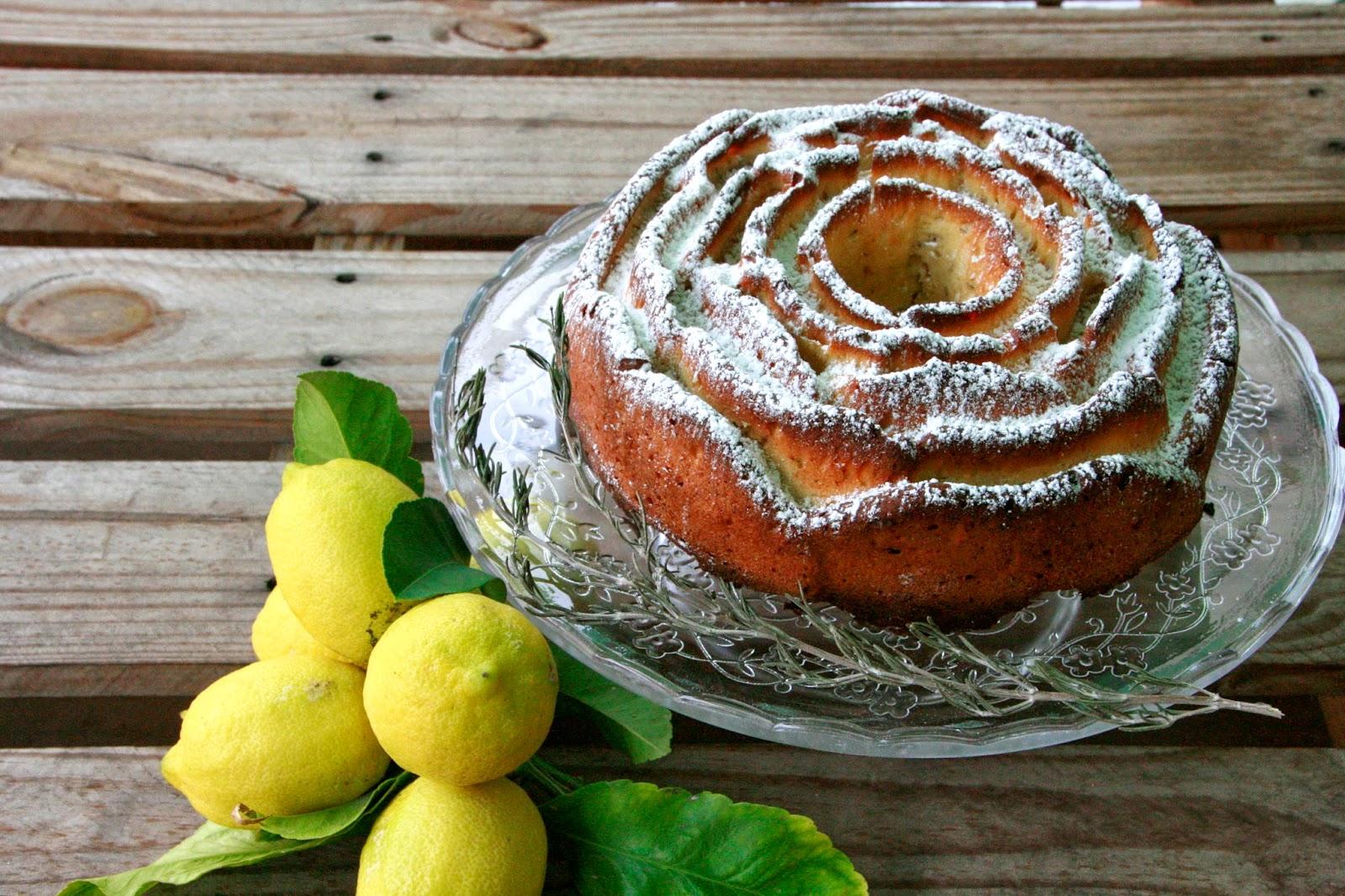 un bon bundt cake de llimona i romani per esmorzar