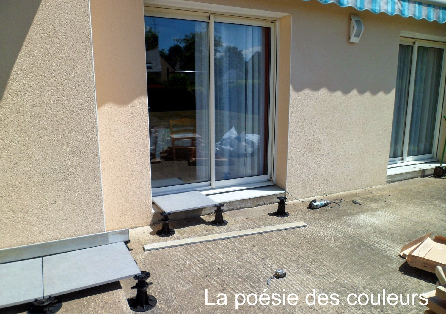 La po sie des couleurs terrasse en carrelage sur plots for Carrelage sur plots
