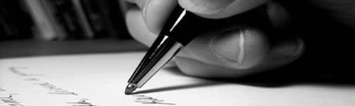 Ponta de uma caneta escrevendo uma redação