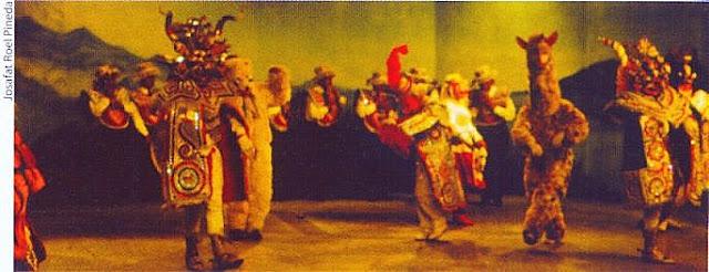 Diablada puneña con sicuris (al fondo) y personaje alusivo a la alpaca o llama (foto: Josafat Roel Pineda)