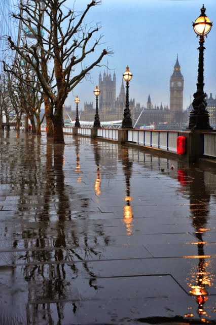 RAINING LONDON IN AUTUMN, ENGLAND