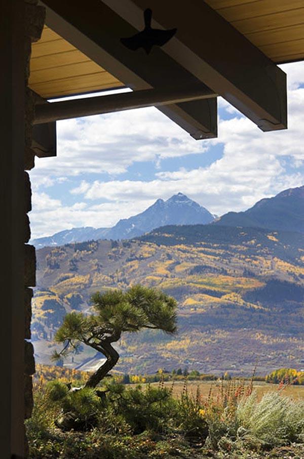 diseño rustico y brutalista en un retiro en las montañas- entorno