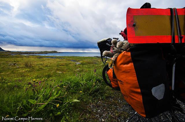 bicicleta mirando paisaje en islas Lofoten