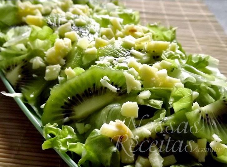 Salada preparada com kiwi e queijo parmesão